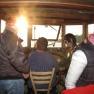 Die Steuerfrau lässt die Passagiere bei ihrer Arbeit zusehen.