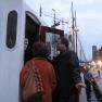 Aus nächster Nähe dürfen die Gäste den alten Schlepper inspizieren - und auch einen Blick in die Brücke werfen.