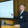 Dr. Thorsten Junkermann, 1. Vorsitzender von Inclinica e.V., stellt ein Projekt des Bereichs Human Resources vor: Sicherung der ärztlichen Versorgung durch strukturierte Weiterbildung im Arbeitgebernetzwerk für Karriere und Familie.