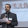 Mirko Gründer, Vorstand des Medizin-Management-Verbands, erläutert das Vorhaben des Tages: Knapp 40 Innovationsprojekte werden im 5-Minuten-Takt vorgestellt.