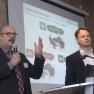 """Hermann-J. Fliß, Zentren für Psychiatrie Baden-Württemberg (links), und Dr. Ralf-Eckhart Türke, Sustainance GmbH, präsentieren das Projekt """"IMPact mit SUSTAINable GovernANCE""""."""