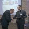 Mirko Gründer gratuliert dem Erstplatzierten: Jörn-Dieter Korsch vom Norddeutschen Epilepsiezentrum für Kinder und Jugendliche.