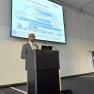 Jared Sebhatu von der VDI Technologiezentrum GmbH spricht im dritten Expertenvortrag über das Förderprogramm des BMBF für digitale Medizintechnik.