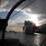 """Dicht vorbei fahren wir nun an der """"MSC Magnifica"""", die im Cruise Center Altona vor Anker liegt."""