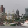 ... den Tanzenden Türmen, den Landungsbrücken und den zahlreichen Museumsschiffen, die heute überall im Hafen zu sehen sind.