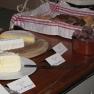 Dazu werden ausgesuchte Käse-Spezialitäten gereicht.