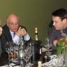 Bei edlem Wein und guten Gesprächen lassen die Gäste den Abend ausklingen.