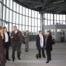 Im Inneren des Hangars: Auf Schienen kann der Helikopter in den modernen Glasaufbau auf dem Dach des UKB hineingefahren werden.