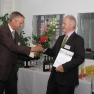 Clemens Schaare von der Carl Zeiss Meditec AG nimmt den Medizin-Management-Preis 2011 für das Projekt INTRABEAM entgegen.