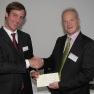 Clemens Schaare von der Carl Zeiss Meditec AG spendete das Preisgeld von 2.000 Euro weiter an die Initiative