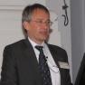 Dr. Peter Müller aus dem Vorstand des Medizin-Management-Verbands begrüßt die Gäste.