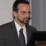 Mirko Gründer aus dem Vorstand des Medizin-Management-Verbands hält die Laudatio auf die Preisgewinner.