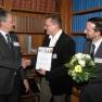 Die Vorstände des Medizin-Management-Verbands Dr. Peter Müller (links) und Mirko Gründer beglückwünschen Dr.  Urs-Vito Albrecht zum ersten Platz.