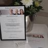 Urkunde und Blumenstrauß für den mit 2.000 Euro dotierten Medizin-Management-Preis